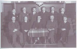 De gereformeerde kerkenraad in 1938. Staande v.l.n.r.: P. Postmus, R. Kooistra, S.R. Gjaltema,R. Jager, A. Deknatel, H. Westerhof. Zittend v.l.n.r.: L. de Wit, A. Koenes, ds. S. van Wouwe, D. de Vries, F. Eringa.