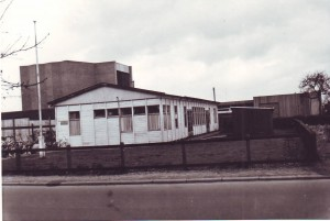 De noodkerk (die in 1955 geplaatst werd) met op de achtergrond de nieuwe Open Hofkerk. De foto werd gemaakt in 1967.