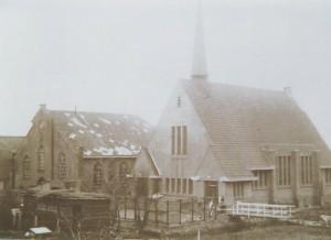 De beide kerken stonden gedurende korte tijd naast elkaar... Links een stukje van het dak van de christelijke school, waar de eerste diensten gehouden werden (foto: via G. Kuiper, Appingedam).