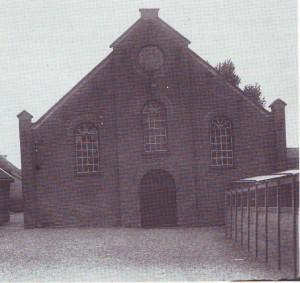 Het oude kerkgebouw dat langzamerhand verzakte (foto: '100 jaar Gereformeerde Kerk Nieuw-Lekkerland').