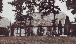 De oude gereformeerde kerk met pastorie te Hollandscheveld.