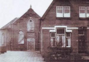 De oude gereformeerde kerk te Westerbork, met daarnaast de pastorie.