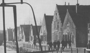In het derde huis van rechts (dat met de naar achteren hellende gevel) werden in de tijd van de Afscheiding geheime kerkdiensten gehouden.