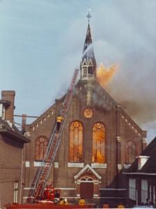 De gereformeerde kerk van Nijkerk brandde in 1975 tot de grond toe af (foto via de heer G. Kuiper te Appingedam).