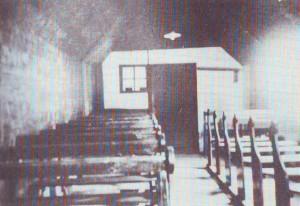 Het interieur van het tot kerkzaal vertimmerde huis waar de 'geblevene christelijke gereformerden' nog jaren lang kerkdiensten gehouden hebben.