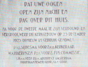 De gedenksteen ter herinnering aan de tweede verbouwing van 1925.