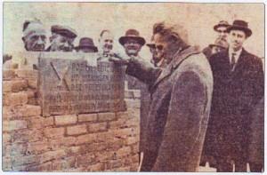 De 'eerste steen'-legging door W.A. van Ark, op 28 april 1962 (foto: Van Selm, Geschiedenis GK ZEist).