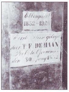 Onder: de eerste steen van de Ebbingekerk; in 1920 overgeplaatst naar de Noorderkerk. Daaraan herinnert het bovenste steentje.