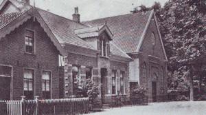 De gereformeerde kerk met de pastorie die in 1893 gereed kwam.