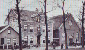 De gereformeerde kerk met de vergrote pastorie (1900).