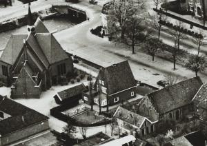 Luchtfoto met de beide gereformeerde kerkgebouwen. De oude kerk is midden rechts op de foto te zien.