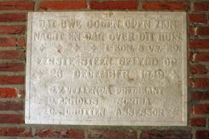 De 'eerste (gedenk-) steen' bij de bouw van de kerk in 1949.
