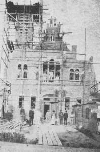 De bouw van de kerk in 1905 (foto: 'Hoe God Zijn kerk bewaart').
