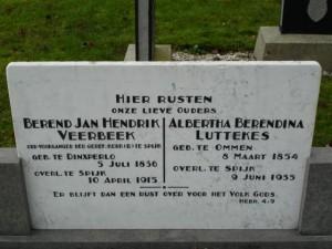 De grafsteen van oefenaar Veerbeek, op de begraafplaats in Spijk.