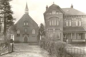 De tweede gereformeerde kerk van Schoonebeek, gebouwd in 1890, met (vergrote) pastorie.