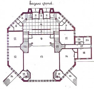 De plattegrond van de Stadsparkkerk: via de ingang (1, 2) kon men met de trap naar beneden, waar de vergaderzalen waren. 15 en 16 zijn de nooduitgangen. 3 is de personenlift naar beneden en naar boven voor invaliden.