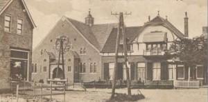 De gereformeerde kerk te Lutjegast met de oude pastorie.