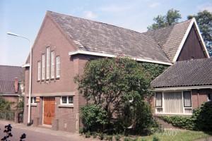 De (inmiddels gesloten) gereformeerde Doleantiekerk van Oudega, Idzega en Sandfirden.
