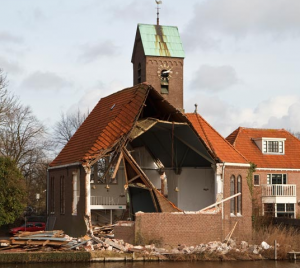 De kerk wordt afgebroken (2013).