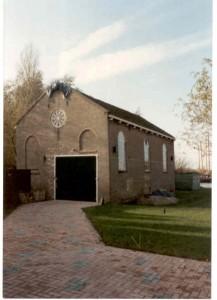 Het gereformeerde kerkje te Gaastmeer, gebouwd achter een woonhuis; dient nu als opslagplaats en het staat nog steeds aan de Munkedyk 12.