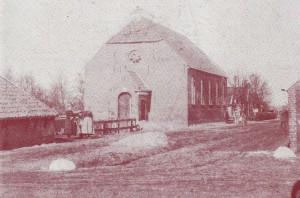 De oude gereformeerde kerk die in 1850 gebouwd werd. Deze foto is echter gemaakt na de verlenging van de kerk in 1886 (vijf boogramen in de zijmuur!)