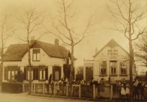 Een foto uit 1928 van de Christelijke School van Sellingen.
