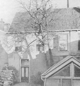 Het eerste Afgescheiden kerkje aan de Dompelaerspoort te Utrecht, dat van 1836 tot 1838 gebruikt werd.