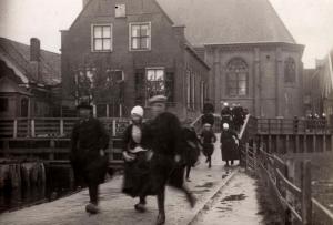 Een kerkuitgang op Marken in 1921.