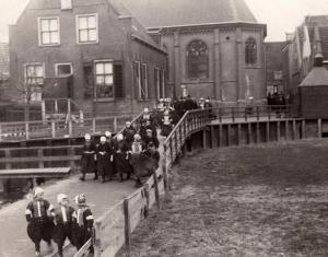 Kerkuitgang op Marken in 1921.