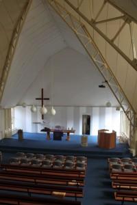 Het interieur van de OIpen Hofkerk te Wolfheze.
