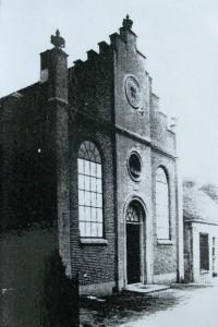De voormalige gereformeerde kerk die in 1892 in gebruik genomen werd. De eerste steen zit boven de hoofdingang.