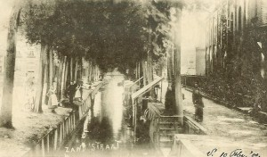 De Zandstraat rond 1900, met rechts het christelijk gereformeerde kerkje.