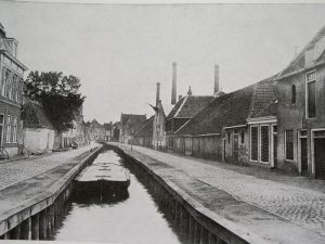 Het Afgehsceiden kerkje aan de Zoutsloot (later William Boothstraat) te Harlingen, gebouwd in 1844.