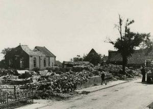 De vlak voor de bevridjing vernielde oude gereformeerde kerk te Woldendorp.
