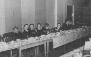 Een jongensclub in 't Schienvat (foto: Jubileumboek).