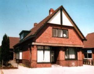 De voorgevel van het in 1953 aangekochte gebouw met voorin de kosterswoninig en achterin de kerkzaal.