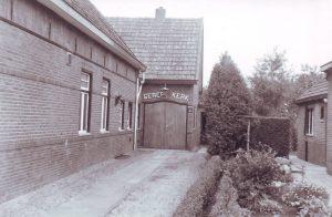 De ingang van de vroegere gereformeerde kerk (voorheen bakkerij) aan de Schoolstraat, aangekocht in 1953.