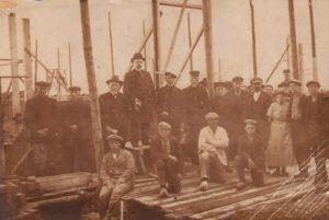 De bouw van de nieuwe kerk in 1915 in volle gang (foto: website PKN It Heidenskip).