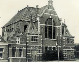 De door Kuipers gebouwde gereformeerde kerk te Makkum (1888-1964).