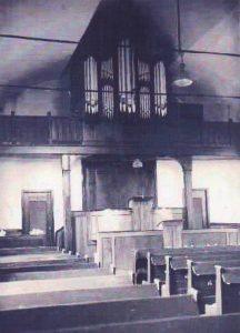 Het interieurvan de gereformeerde kerk voor de verbouwing in 1965.