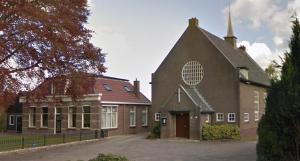 De in 1935 in gebruik genomen gereformeerde kerk te Nijensleek, met pastorie (eigen opname).