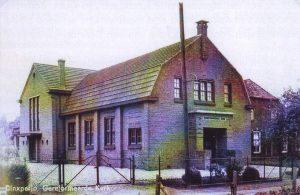De in 1927 in gebruik genomen kerk aan het Molenpad; de uitbreiding achter de kerk dateert van 1934.