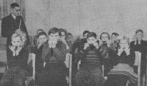 Meester Kronemeyer leidt de mondharmonicaclub in 'It Beaken' te Bakkeveen.