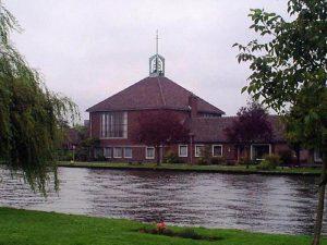 De in 1957 in gebruik genomen gereformeerde kerk te Woubrugge.