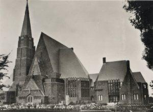 De gereformeerde kerk te Andijk met rechts de pastorie.
