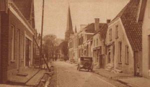 In de toenmalige Oostenstraat begon alles (het huisrechts, met de dakkapel).
