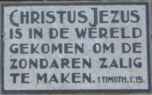 De ingemetselde gevelsteen (foto: '100 jaar GK Onderdendam').