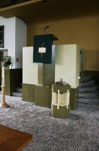 Het liturgisch centrum van de kerk in Onderdendam (foto: Reliwiki, Andre van Dijk).