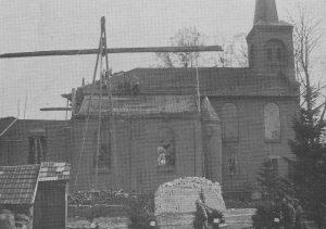 Debouw van de huidige kerk van Emlichheim in 1925 (op de voorgrond zijn de resten van het oude kerkje nog zicutbaar0