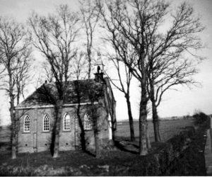 Het kerkje dat naast de voormalige kroeg van .. gebouwd werd.